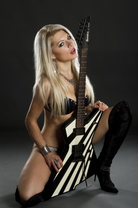 Lariyah Daniel : Hessler Band Vocalist   RATU ROCK